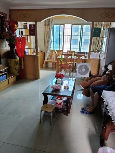 三江东街塑像边.106平方 .抛光砖装修 .价68.8万 .首付15万样子